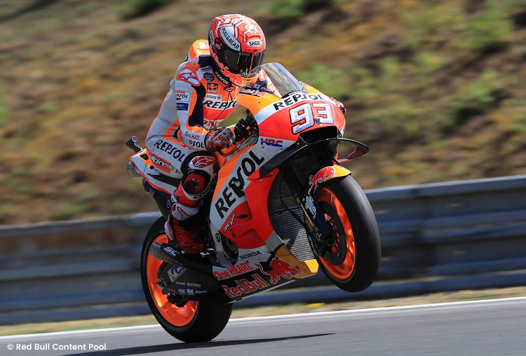 Marc Márquez auf seinem Honda Motorrad hebt mit seinem Vorderrad ab