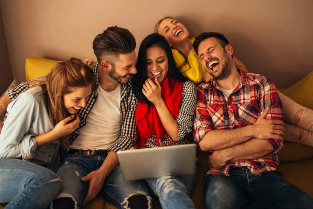 Studenten sitzen auf dem Sofa und lachen