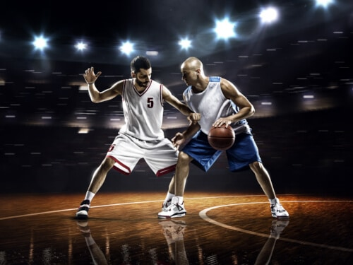Basketballspieler im Zweikampf um den Ball