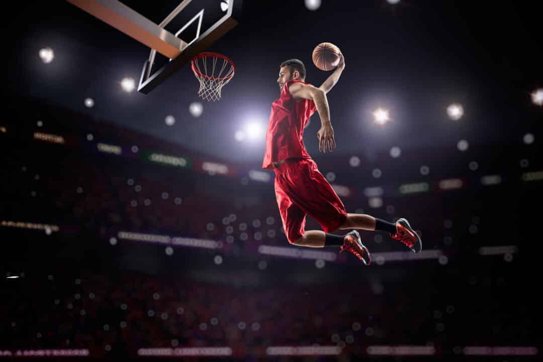 Ein Basketballspieler dunkt den Ball