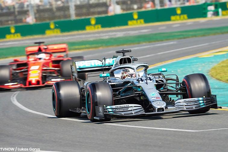 Lewis Hammilton im Mercedes vorne und dahinter Sebastian Vettel im Ferrari