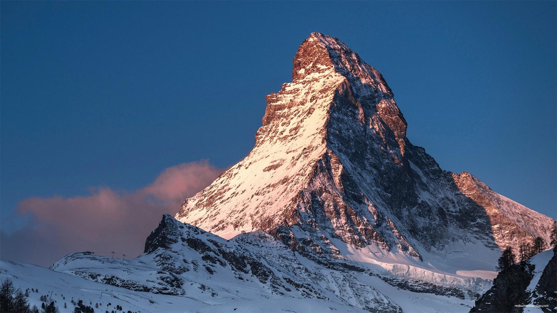 Das schneebedeckte Matterhorn im Sonnenuntergang