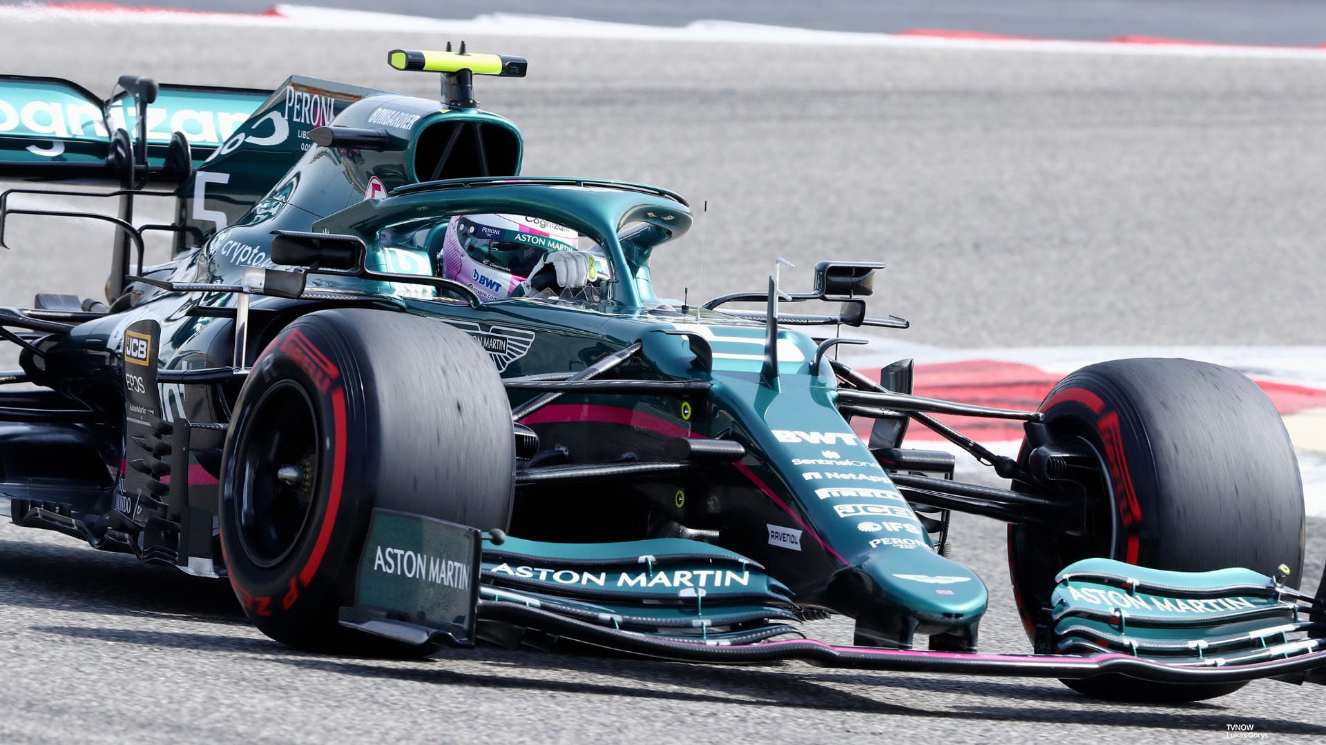 Sebastian Vettel fährt im Formel 1 Auto von Aston Martin.