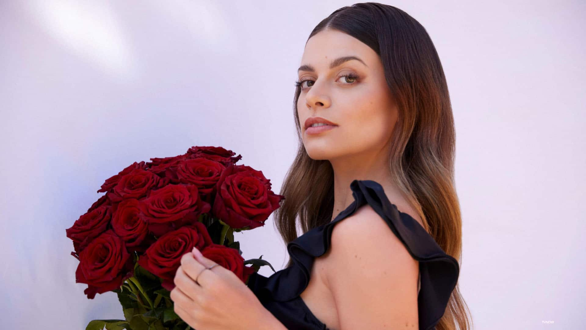 Die Bachelorette Maxime Herbord mit einem Strauss roter Rosen