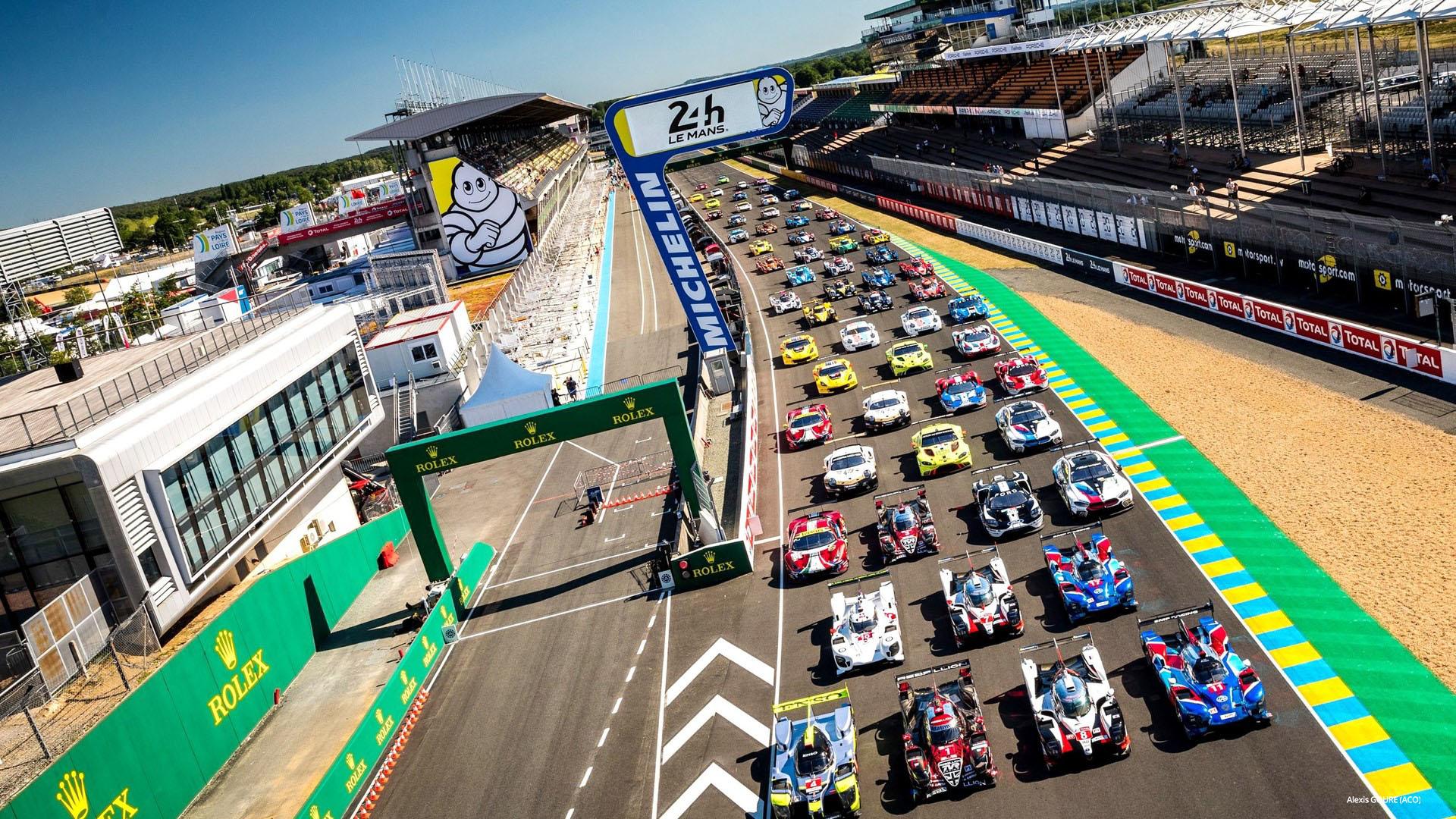 Rennautos auf der Rennstrecke Le Mans in Frankreich